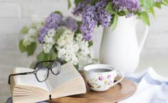 Boek, koffie en bloemen
